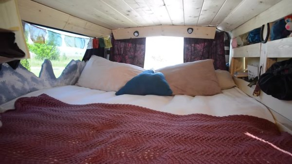 couple-living-tiny-traveling-in-motorhome-006