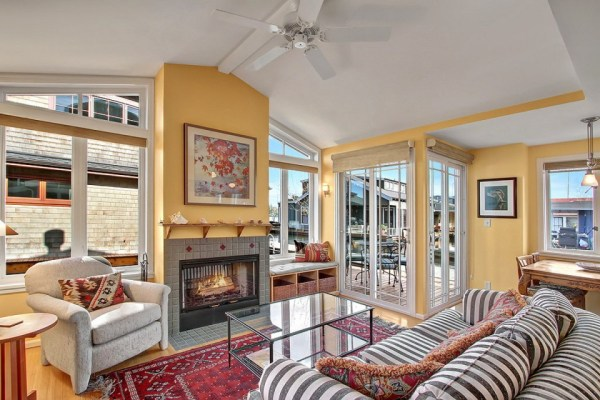 craftsman-style-portage-bay-float-house-living2-via-smallhousebliss (1)
