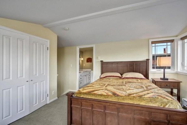 craftsman-style-portage-bay-float-house-master-bedroom2-via-smallhousebliss