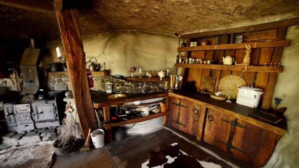 hobbit-like-cave-home-built-in-hillside-007