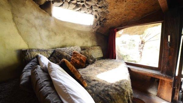 hobbit-like-cave-home-built-in-hillside-013