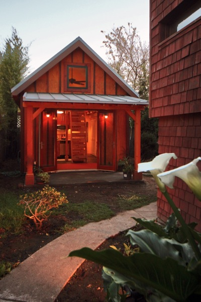 karens-backyard-cottage-00