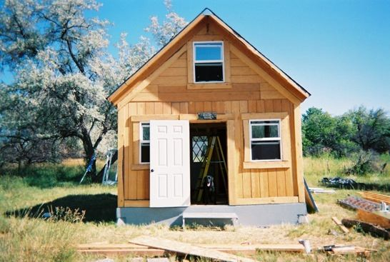 man-builds-tiny-solar-cabin-in-2-weeks-for-2k