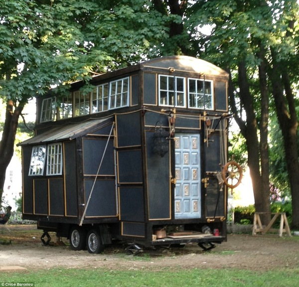 movie-set-tiny-house-001