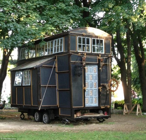 movie-set-tiny-house-001