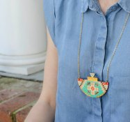 collier sautoir en bois motif aztèque