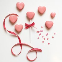 Happy V-day & heart-shaped vanilla-tonka bean macarons