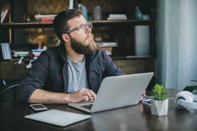 Image de l'homme sur l'ordinateur