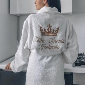 Кому следует подарить вышитый халат?