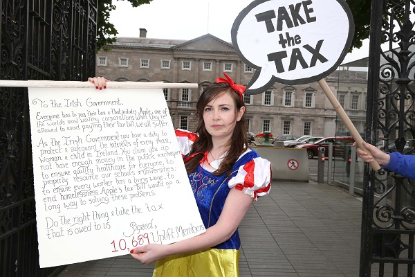 2.9.16. Dublin. Leinster House. 'No Poison Apples' Snow White delivers open letter to the Irish Government from 10,689 Uplift Members - saying Take the Apple Tax. Photo by Derek Speirs