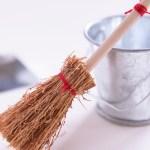 箒掃除のコツ!掃除場所や箒の種類によって掃除方法も変わります