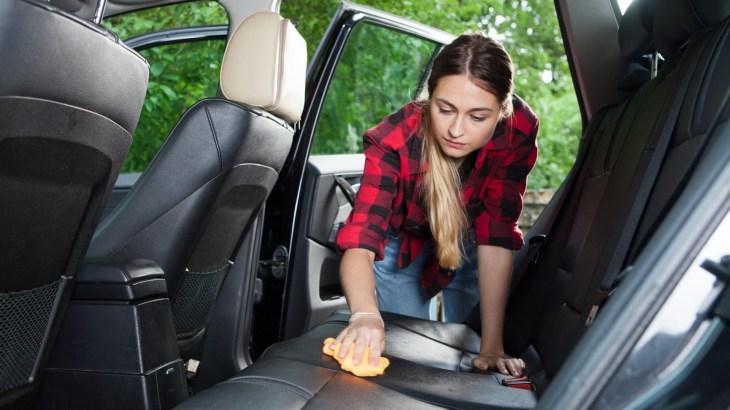 車内掃除の時はシートの頑固な汚れも落とすことがポイントです