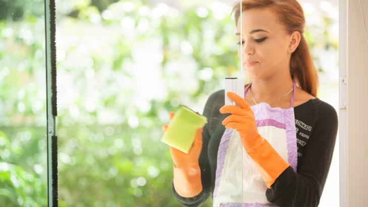 【窓拭きのコツ】中性洗剤や新聞紙を使って窓をキレイにする方法