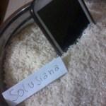 Smartphone di Rendam dengan beras