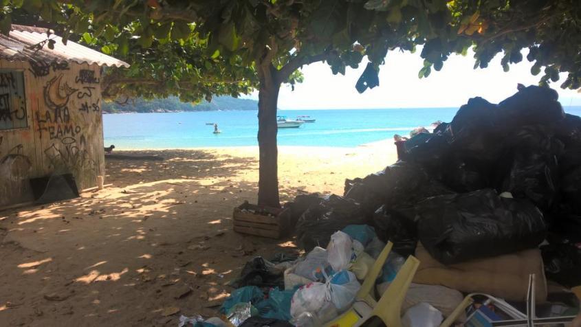 Mucchi di spazzatura sulla spiaggia di Ilha Grande