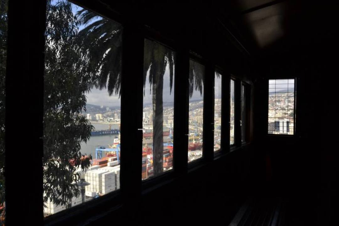 VIsta sull'oceano dalla funicolare Artilleria di Valparaiso in Cile