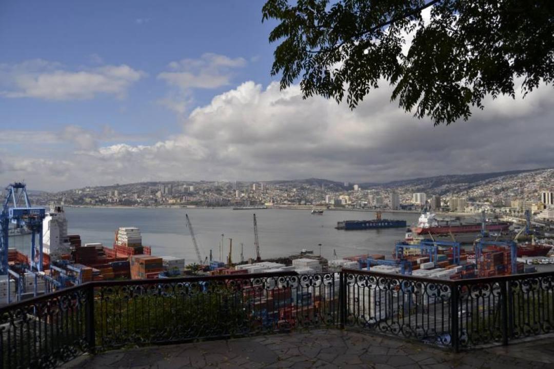 Terrazza con vista sul porto e sull'oceano di Valparaiso in Cile