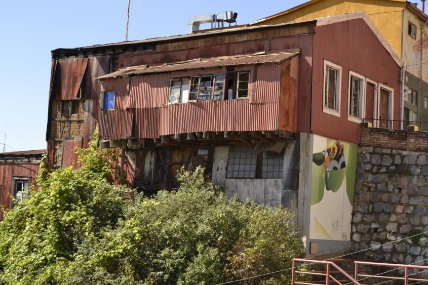 Dettaglio di una casa fatiscente a Valparaiso in Cile