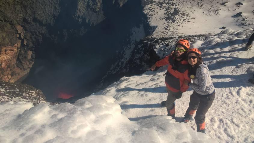 Sul cratere del Vulcano Villarrica insieme alla sua lava
