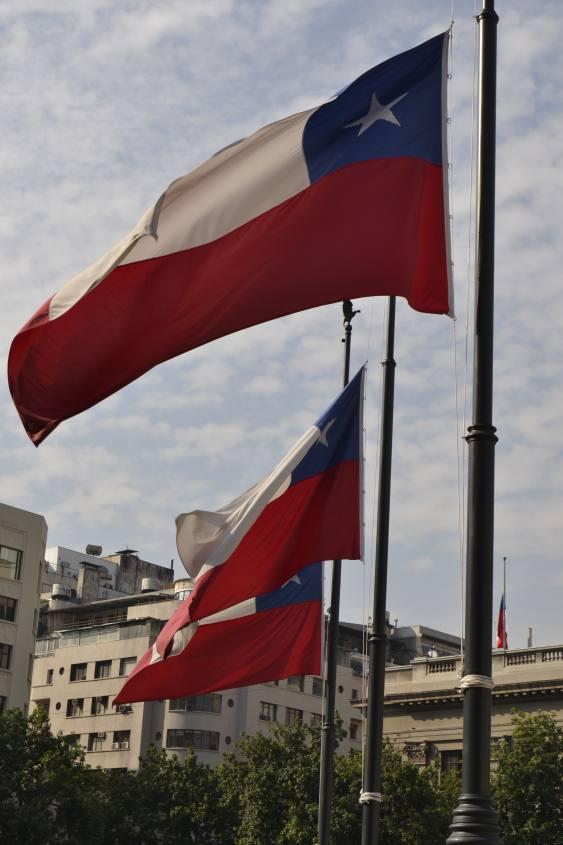 Bandiere cilene a mezz'asta per funerale in Santiago del Cile