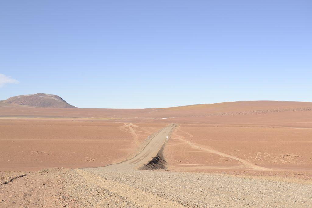 Paesaggi e strade del deserto di Atacama in Cile