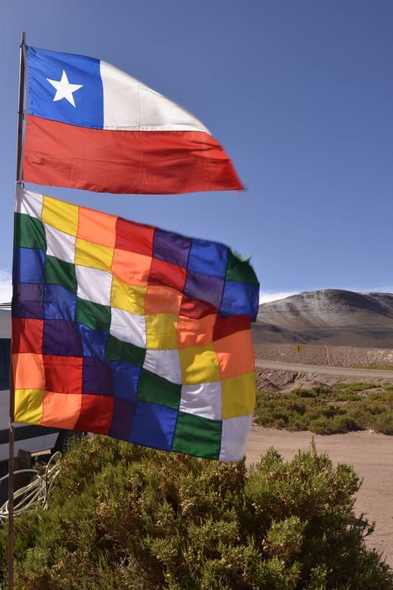 Bandiera del Cile e la Huipala nel deserto di Atacama