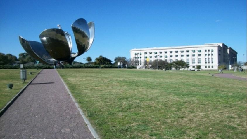 La Flor Generalis dentro al parco della Facultad de Derecho di Buenos Aires