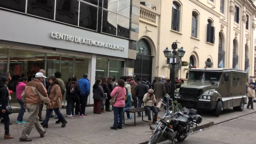 Fila di persone in coda al bancomat di Salta in Argentina