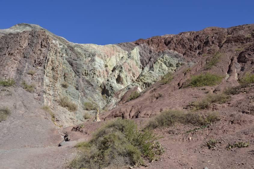 Percorso alla montagna dai sette colori di Purmamarca in Argentina