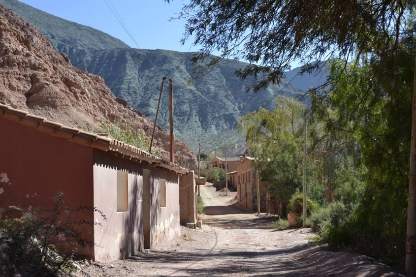 La strada per la montagna dai sette colori di Purmamarca in Argentina