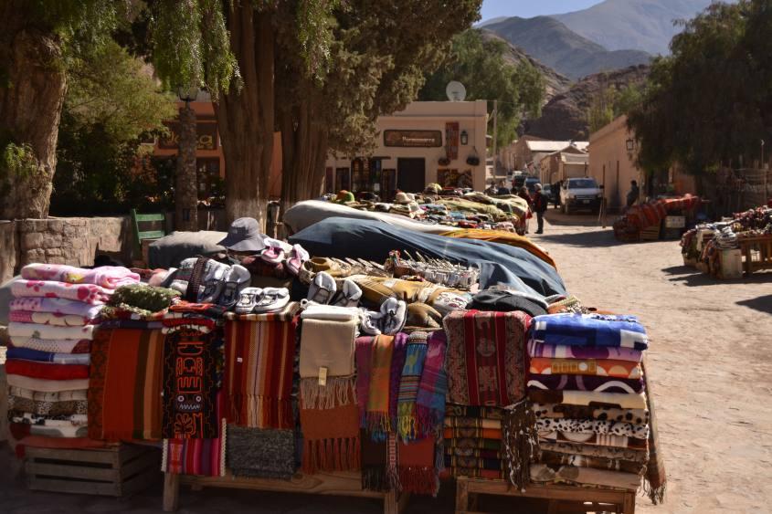 Il mercato artigianale nel centro di Purmamarca