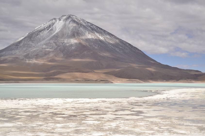 Laguna bianca e vulcano Licancabur durante il tour al Salar di Uyuni in Bolivia