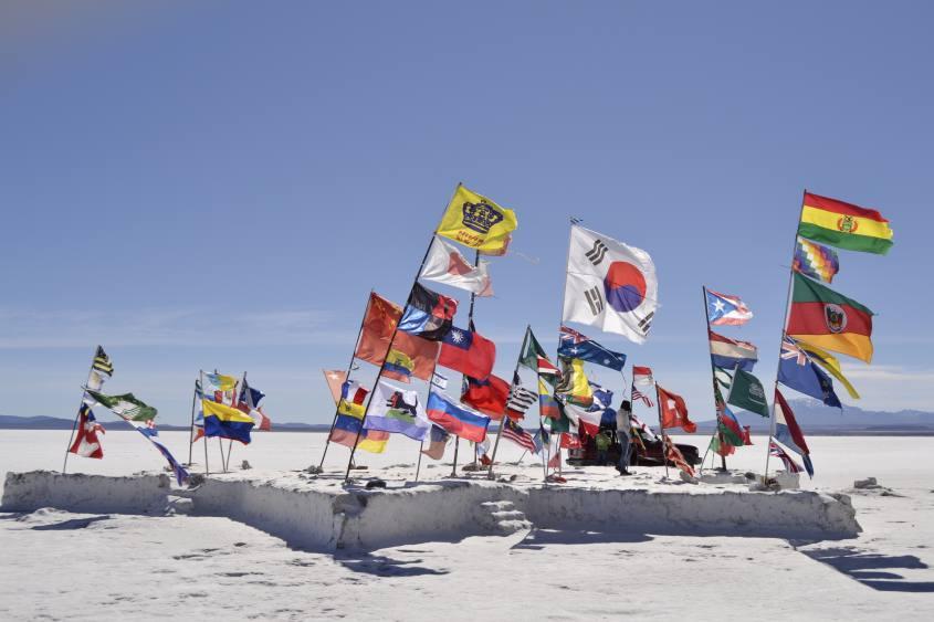 Monumento alle bandiere del Mondo all'interno del Salar di Uyuni in Bolivia