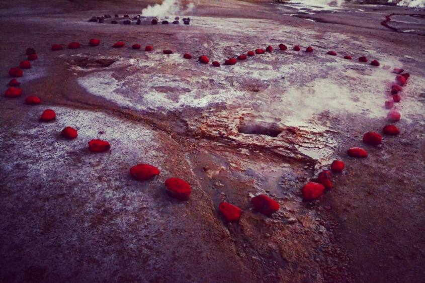 Pietre a forma di cuore ai Geyser del Tatio nel deserto di Atacama in Cile