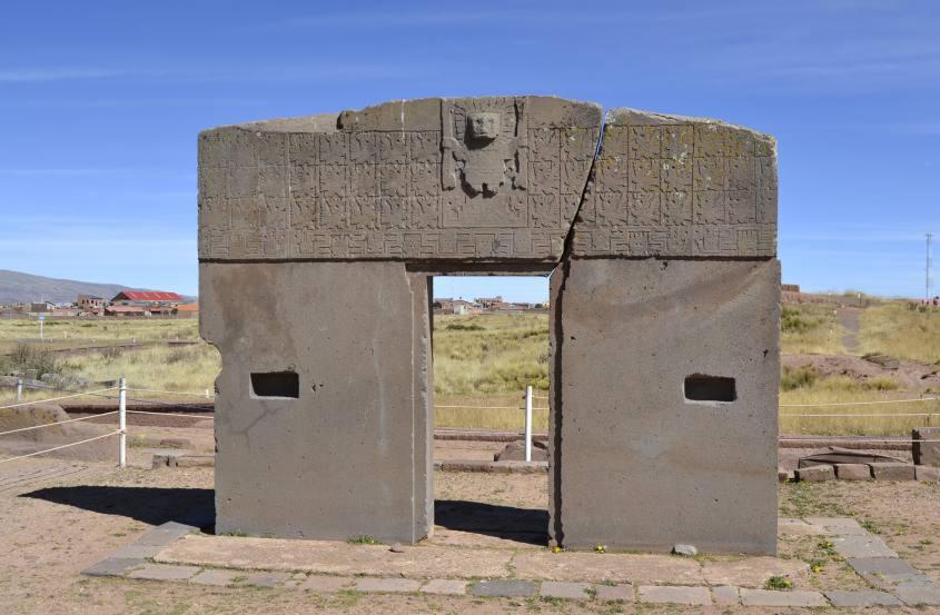 Vista frontale della Puerta del Sol o Porta del Sole a Tiwanaku vicino La Paz in Bolivia