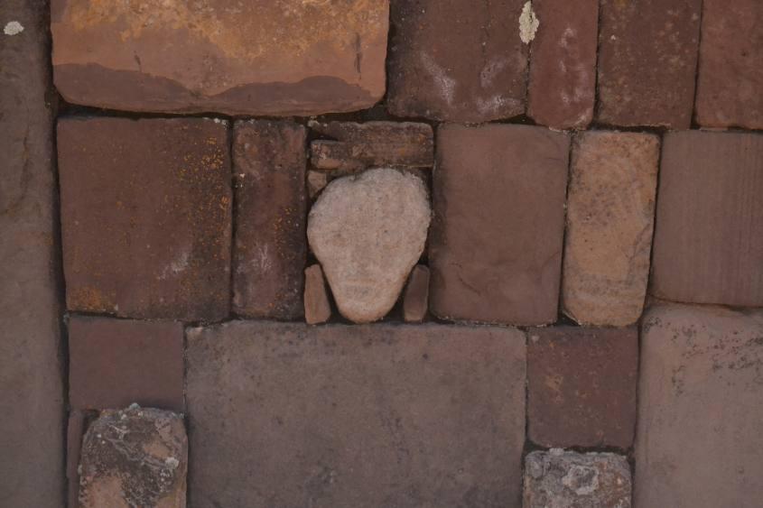 Calco di faccia aliena all'interno dello scavo a Tiwanaku in Bolivia