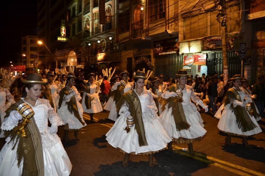 """Sfilata di maschere e balli in strada di notte per il patrono di La Paz """"El Gran Poder"""" in Bolivia"""
