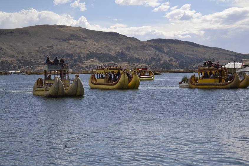 Alcune Totora Boat degli Uros sul Lago Titicaca in Perù