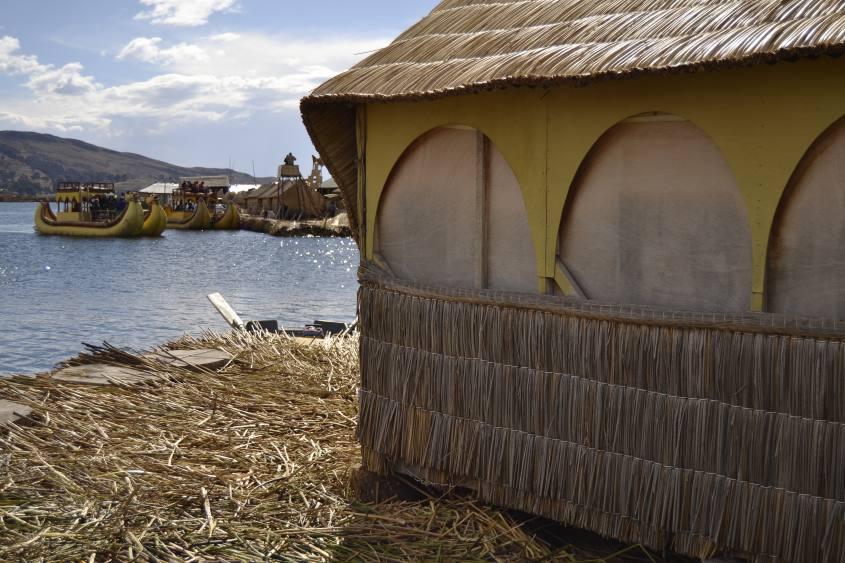 Vista da un'Isola Galleggiante (Isla Flotante) degli Uros sul Lago Titicaca