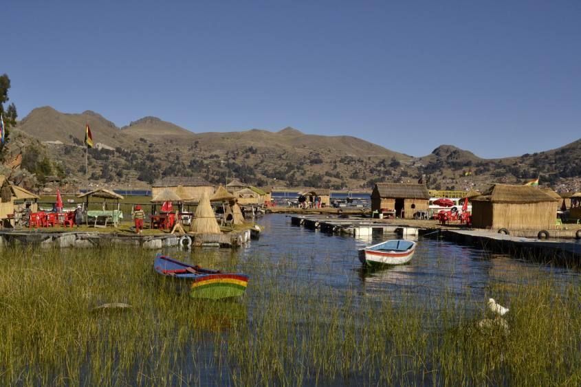 Barche ormeggiate e Isole Flottanti del Chani al Lago Titicaca di Copacabana in Bolivia