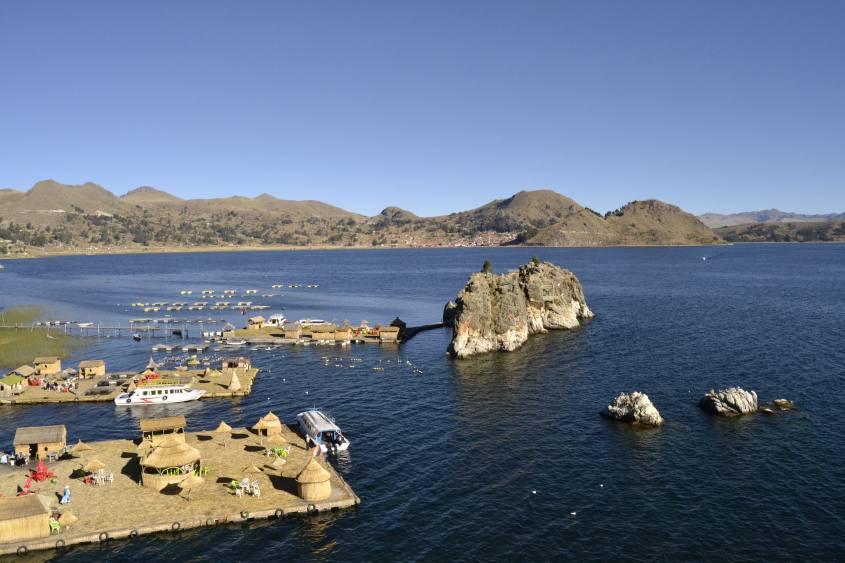 Vista delle Isole Flottanti Chañi dal Mirador del Inca sull Lago Titicaca di Copacabana in Bolivia