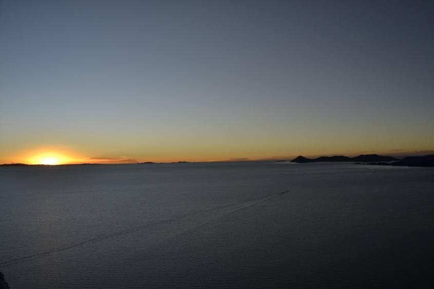 Tramonto con vista sul Lago Titicaca dal Cerro Calvario a Copacabana in Brasile