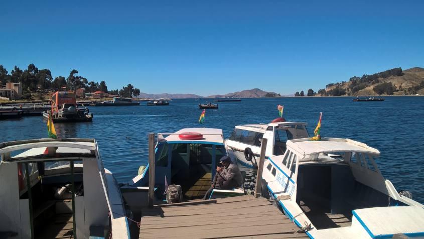 Barca per trasporto di persone nello Stretto di Tiquina sul Lago Titicaca in Bolivia