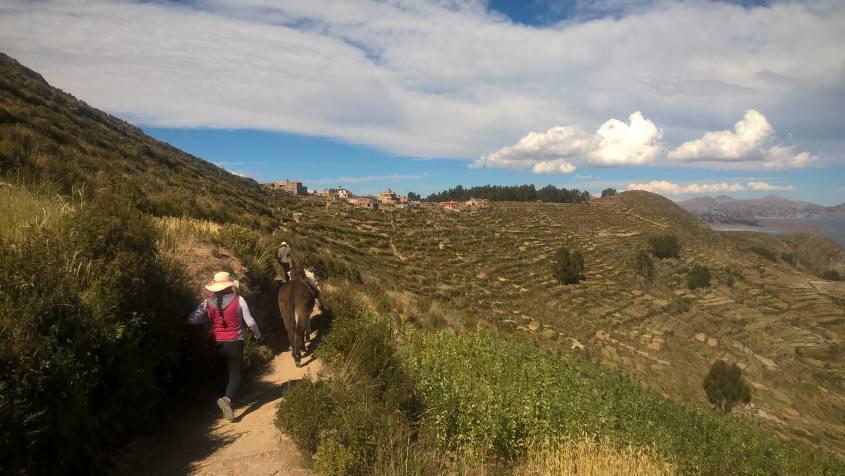 Percorso con vista villaggio Escalinata sull'Isla del Sol in Bolivia