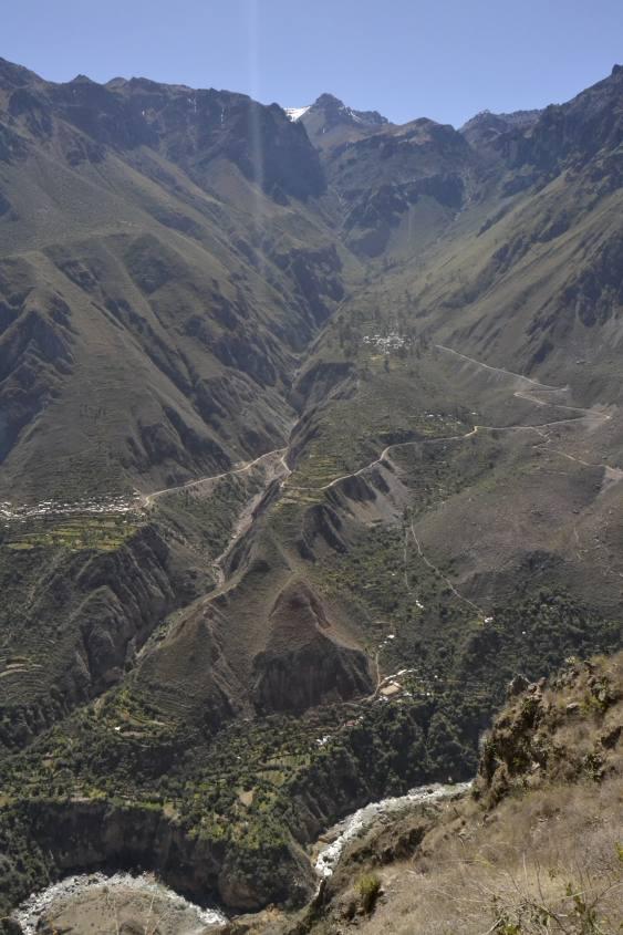 Vista dall'altro dei tre villaggi all'interno del Canyon del Colca in Perù