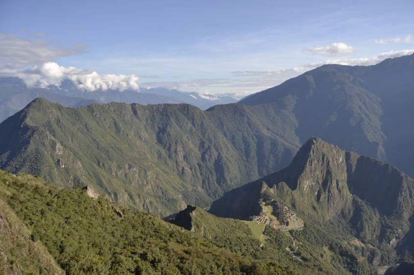 Panorama con vista dalla Montagna Machu Picchu sulle rovine Inca in Perù