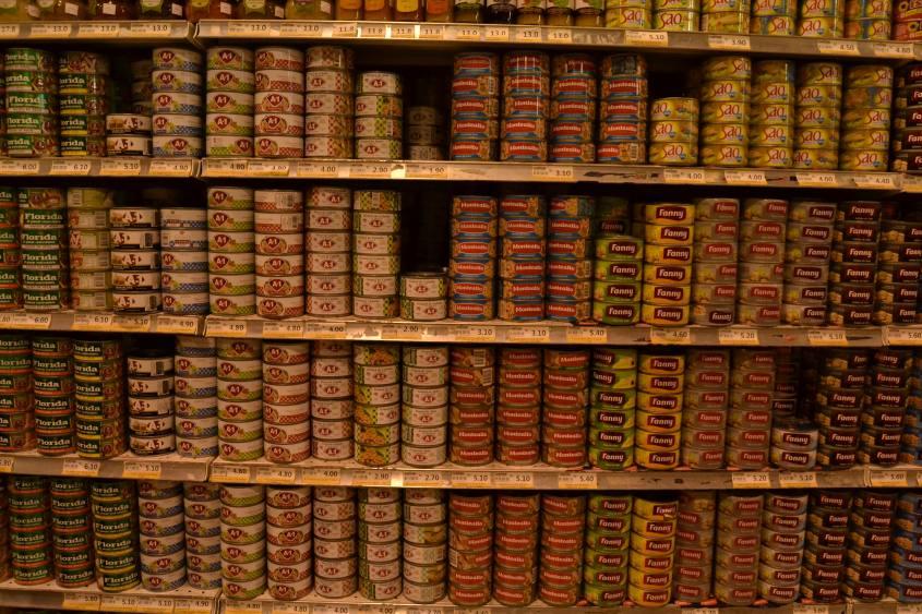 Centinaia di varietà di tonno in un supermercato di Cusco