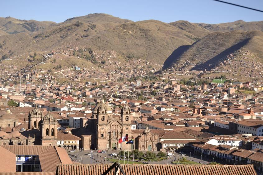 Vista di Cusco e di Plaza de Armas dalla piazza di San Cristobal a Cusco