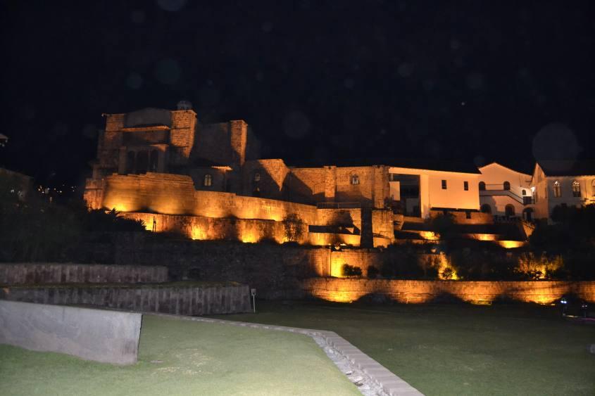 Esterno del bellissimo Qorikancha a Cusco di notte
