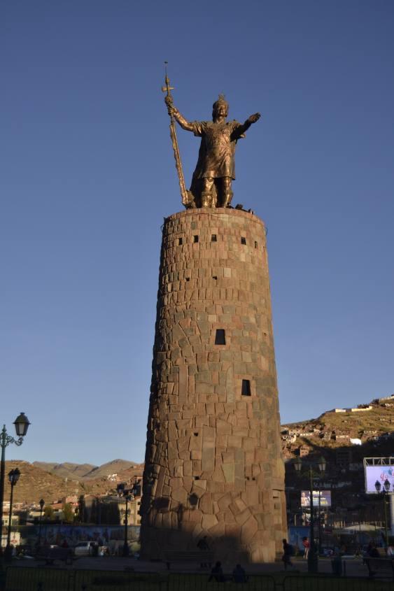 Statua dell'Inca nel centro storico di Cusco